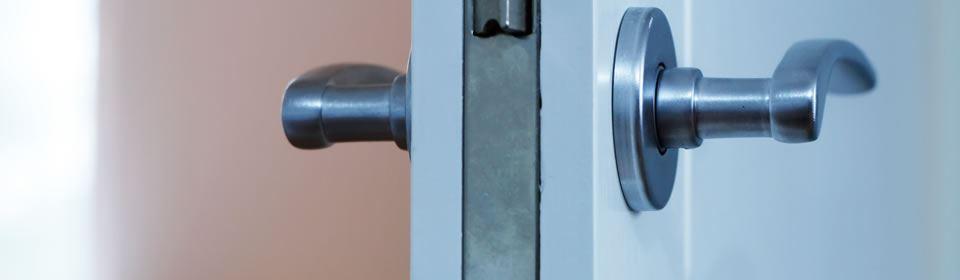 Deurklink van witte deur
