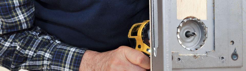 Slotenmaker plaatst hang- en sluitwerk