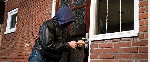 Inbreker wil deur openen